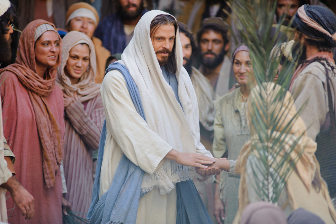 Matthew 21:1–11, Palm leaves waved in the air as Jesus enters Jerusalem