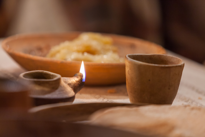 John 13:1–35, A lamp on the table at the Last Supper