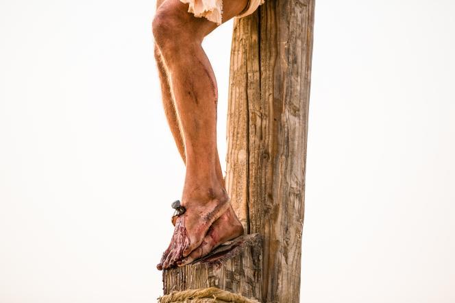 Matthew 27:26–50, Christ's feet on the cross