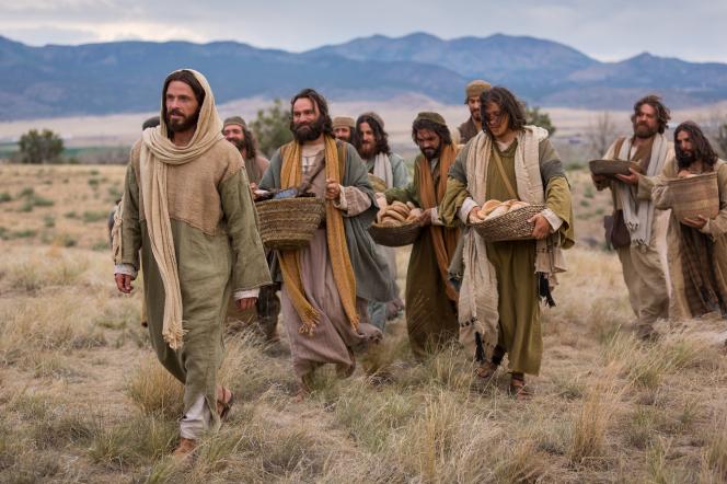Mateus 14:13–21, Jesus e Seus apóstolos carregam o que sobrou