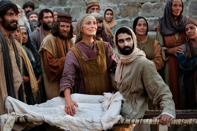 Luke 7:11–16, The widow of Nain looks at Jesus in gratitude