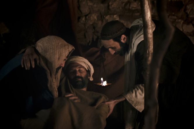 Luke 10:25–37, The good Samaritan feeds the injured man with the innkeeper helping