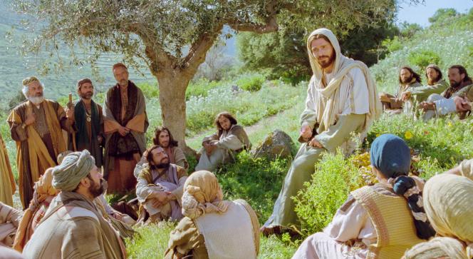 Luke 12:13–34, Listeners sit around Jesus on a hill
