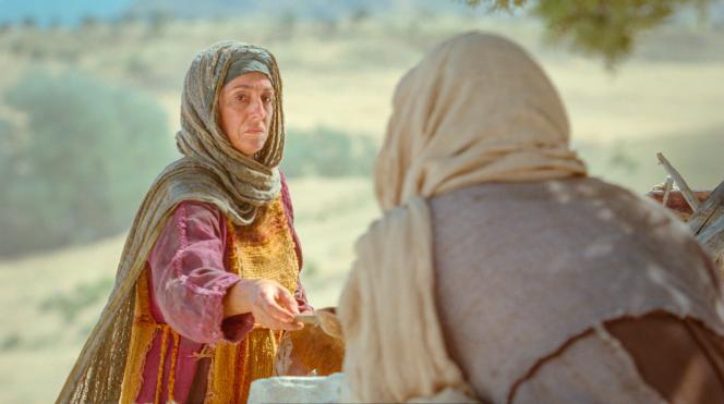 John 4:5–29, The Samaritan woman gives Jesus drink