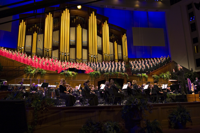 A front view of the entire Mormon Tabernacle Choir singing and the orchestra playing below at the Pioneer Day Commemoration Concert in July 2008.