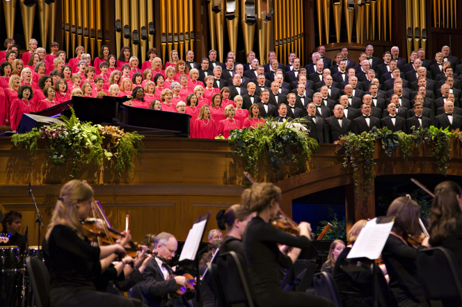 The Mormon Tabernacle Choir singing and the orchestra playing at the Pioneer Day Commemoration Concert in July 2008.
