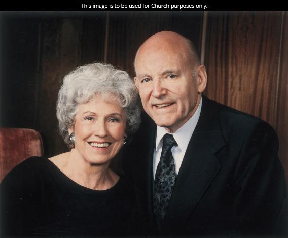 A portrait of President Howard W. Hunter in a suit beside his wife Inis Bernice Egan Stanton Hunter in a black dress.