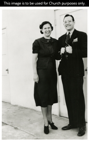 A black-and-white photograph of President Howard W. Hunter in a suit, standing beside his wife Clara Jeffs Hunter, who wears a dress.