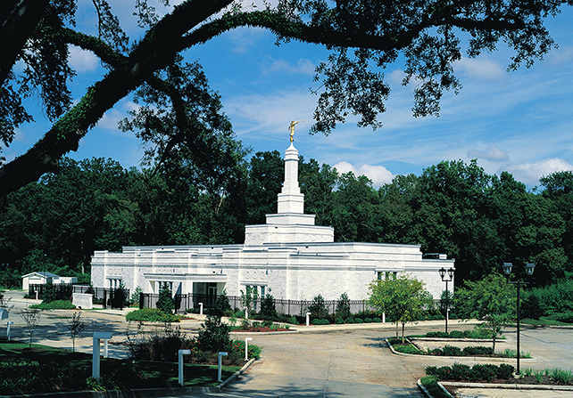 A side view of the vegetation and sidewalks on the grounds of the Baton Rouge Louisiana Temple.
