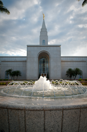 A fountain on the grounds of the Campinas Brazil Temple, with the entrance to the temple seen in the background.
