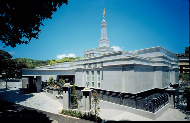 An exterior view of the Fukuoka Japan Temple in the daytime, with a large tree shading the entrance.