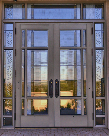 The metal and glass doors on the Kansas City Missouri Temple during the daytime.