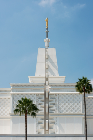A front view of the large square spire atop the Mexico City Mexico Temple, with the blue sky in the background.