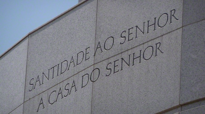 "The inscription on the Recife Brazil Temple, ""Holiness to the Lord: The House of the Lord"" in Portuguese."