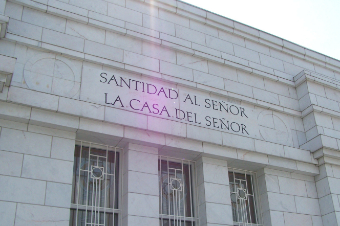 "The inscription on the San José Costa Rica Temple, ""Holiness to the Lord: The House of the Lord,"" in Spanish."