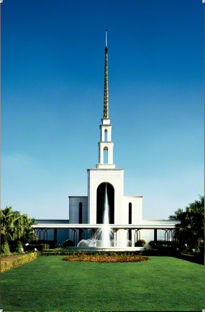 The front of the São Paulo Brazil Temple, with the fountain on the grounds.